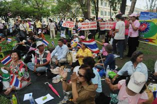 """Thais with Patriotic Heart"""" gathered at Thammasat University entrance in protest against Nitirat on January 27, 2012. Source: Thansettakij Online (thanonline.com)"""